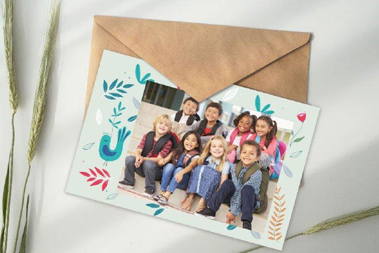 """Modèle de carte """"Drôle d'Oiseau"""" pour photo scolaire, disponible dans le catalogue 2021-2022 de produits de photos scolaires de Lumys Scolaire, logiciel de vente de photos scolaires en ligne pour les photographes professionnels en France et en Belgique"""